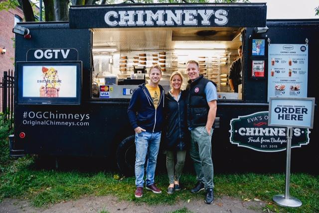 Les animateurs de Sel et diesel, Corey Loranger et Évelyne Charuest, avec le proprio du camion de desserts hongrois Chimneys.
