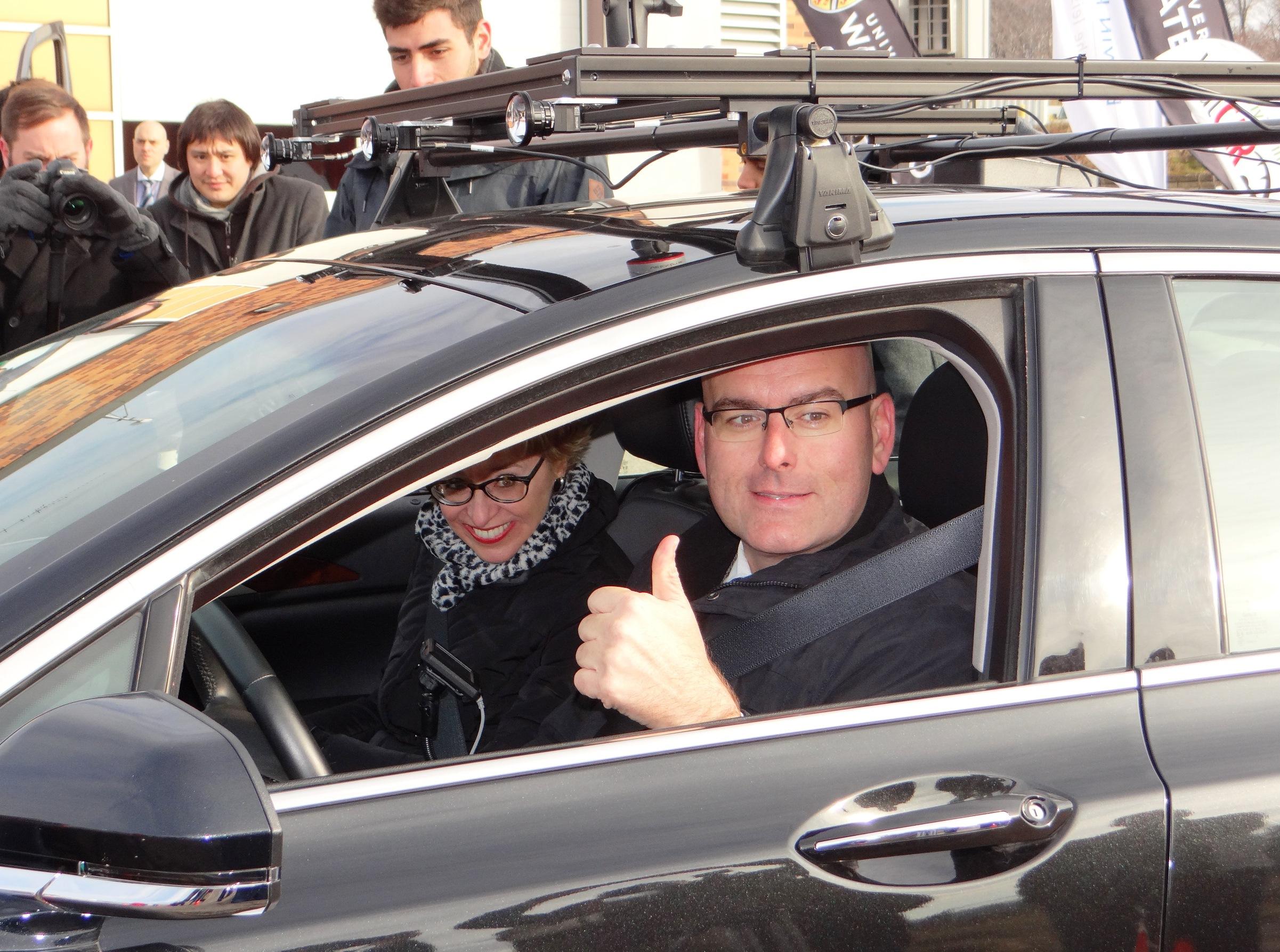Le ministre des Transports, Steven Del Duca, à bord du Lincoln MKZ automatisé de l'Université de Waterloo.