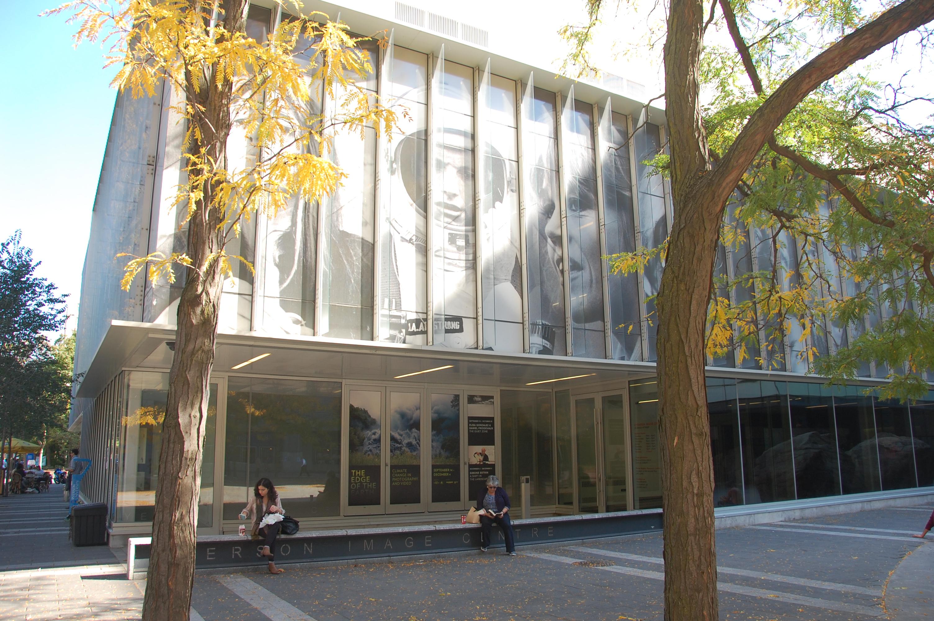 Le Ryerson Image Centre, rue Gould, à l'est de Yonge et au nord de Dundas.