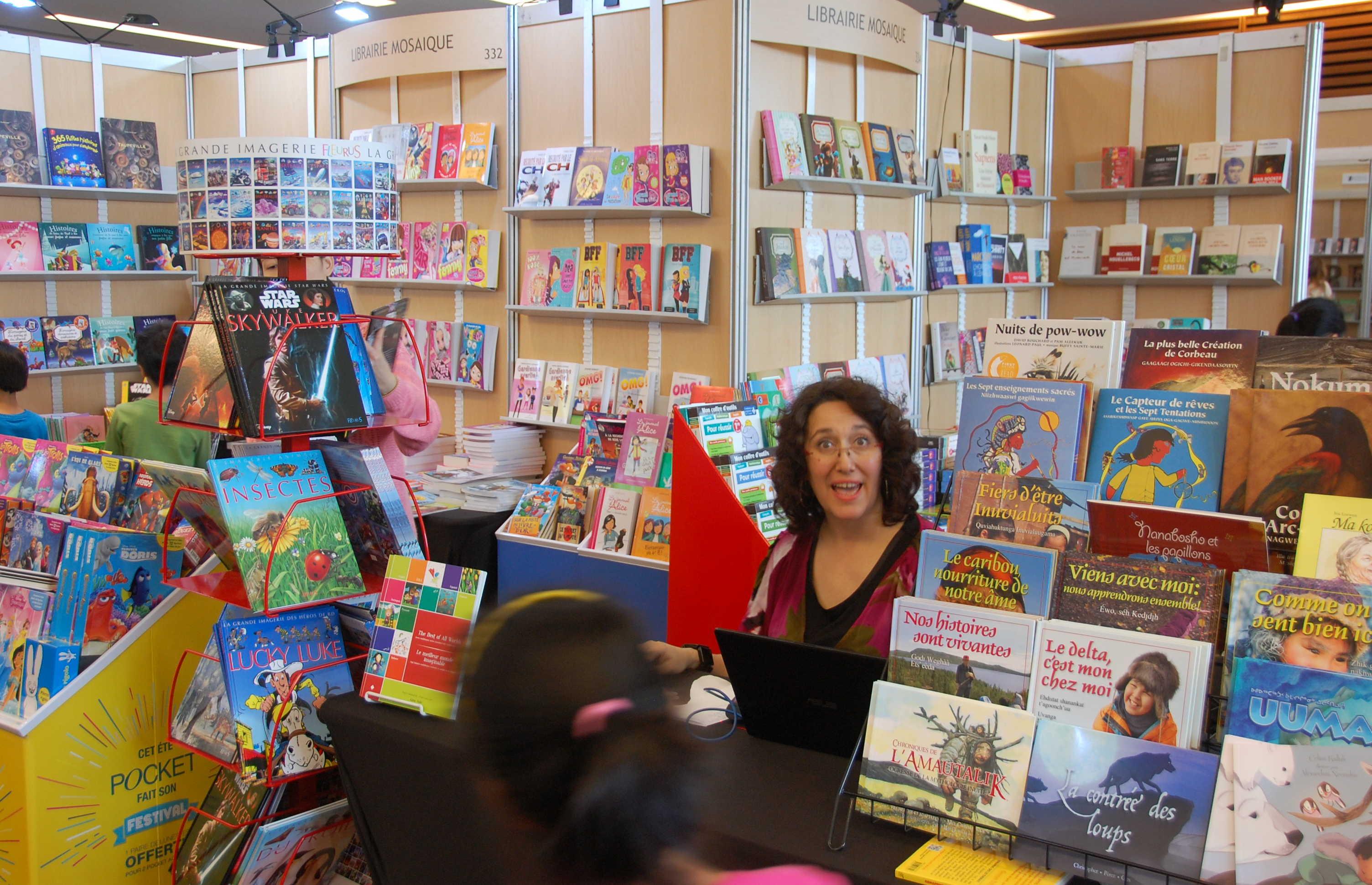 Happie Testa à son kiosque de la librairie Mosaïque au Salon du livre de Toronto.