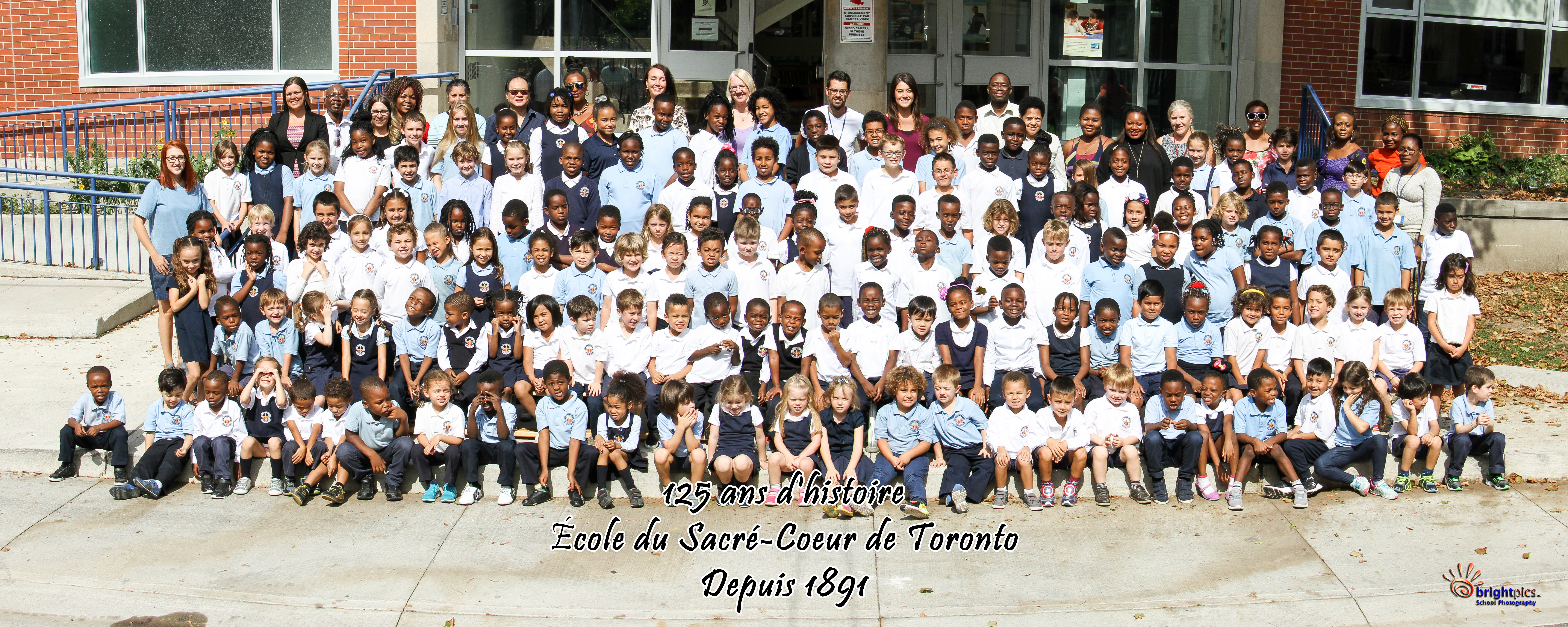 Cet automne, les élèves de l'école du Sacré-Coeur à Toronto ont pris cette photo commémorative.