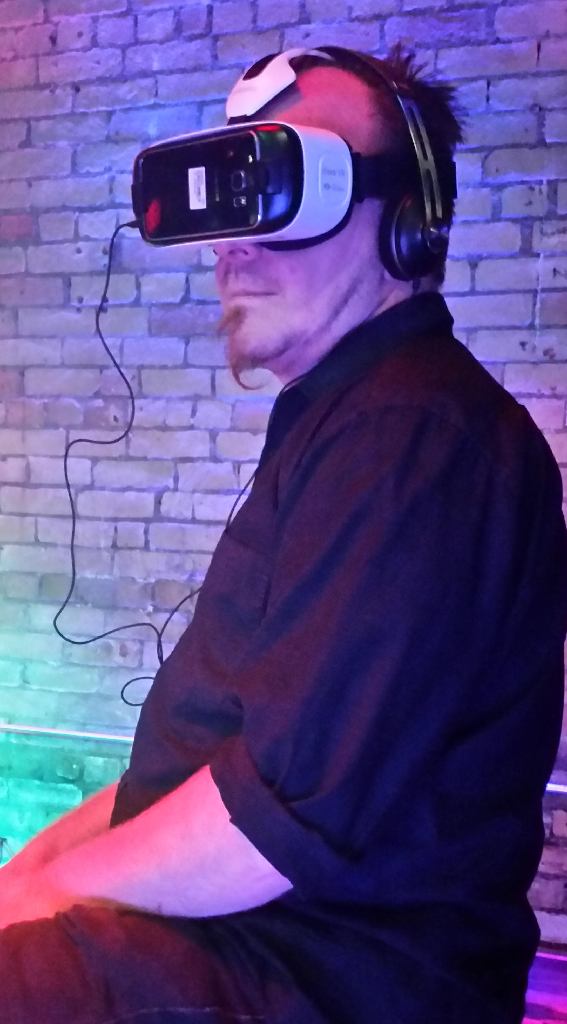 Notre chroniqueur Zefred fait l'expérience d'un casque de réalité virtuelle.