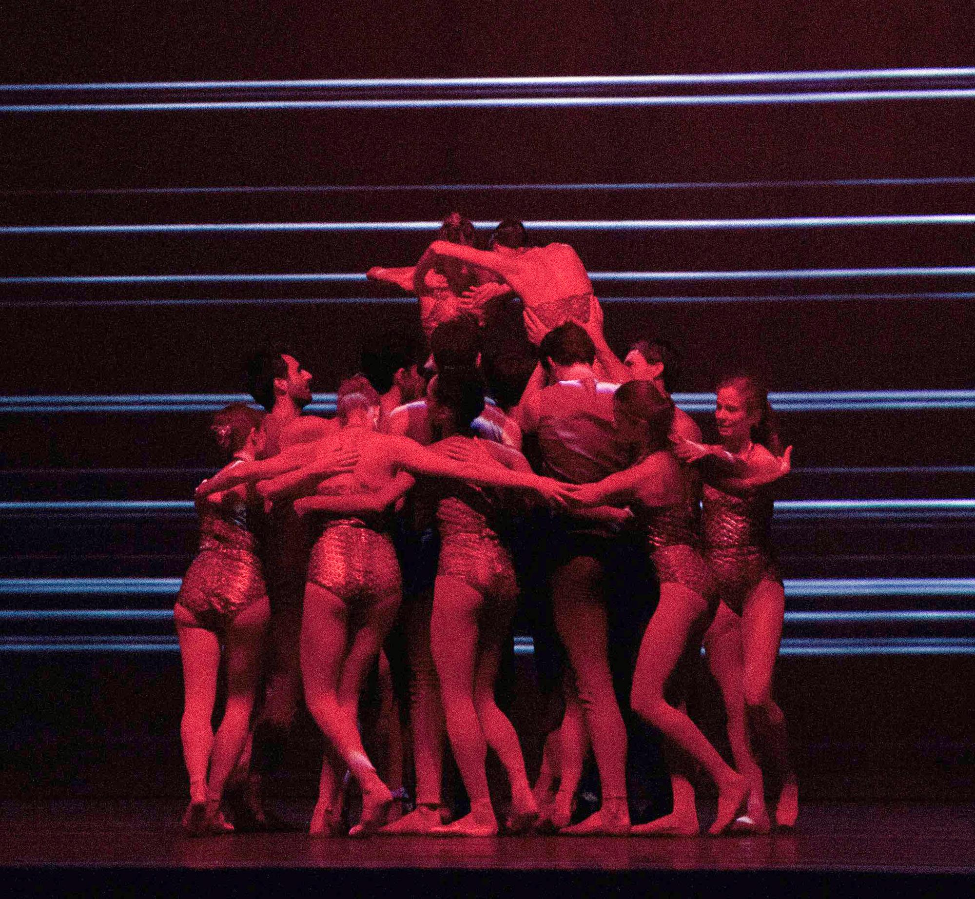 Les danseurs sur la scène de l'Opéra de Paris dans le film «Relève».