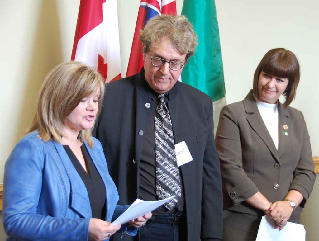 La veuve de Paul Demers, Sylvie Chalifoux, et le musicien François Dubé, avec la ministre Marie-France Lalonde.