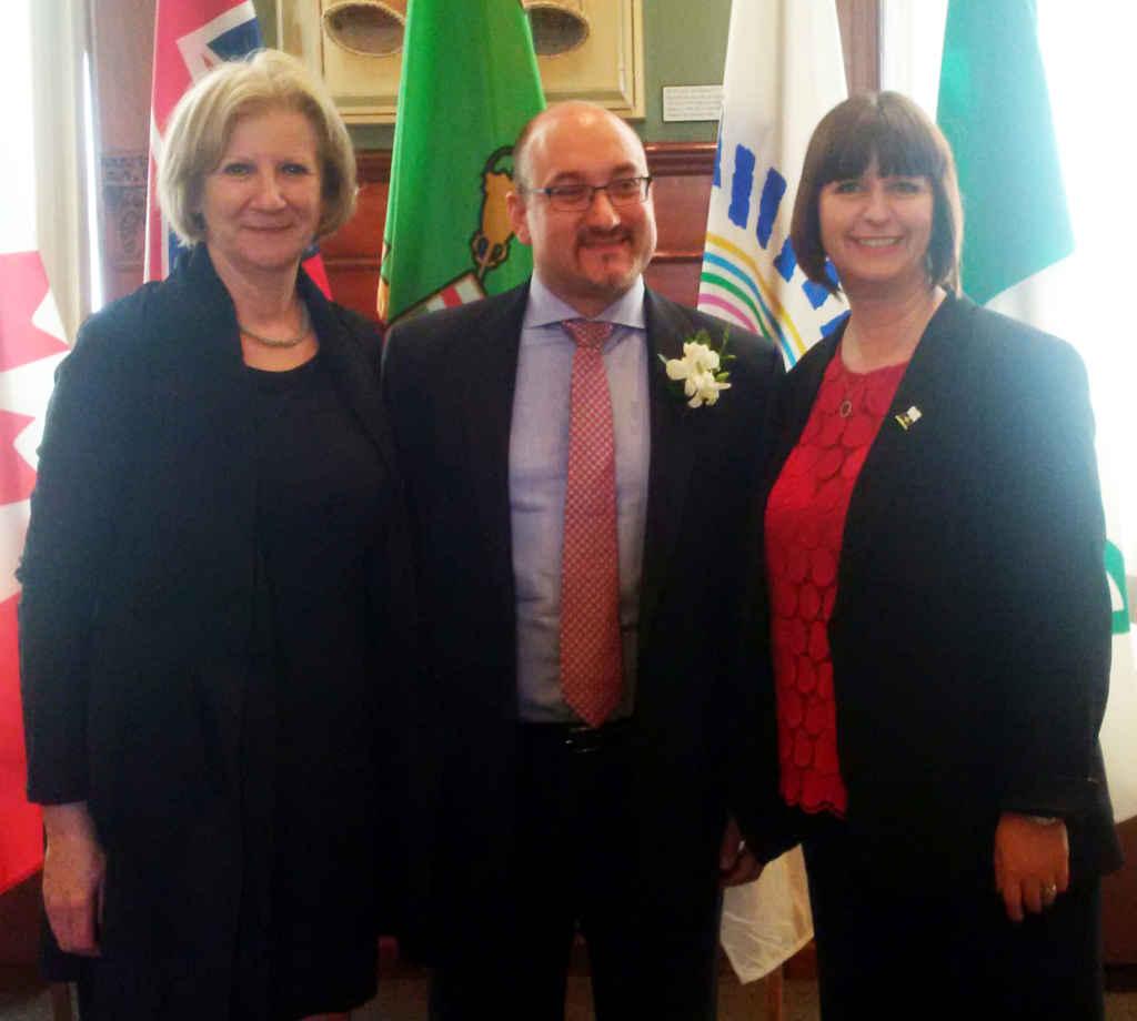 Thierry Lasserre flanqué de la conseillère consulaire française Francine Watkins et de Marie-France Lalonde, ministre des Affaires francophones de l'Ontario.