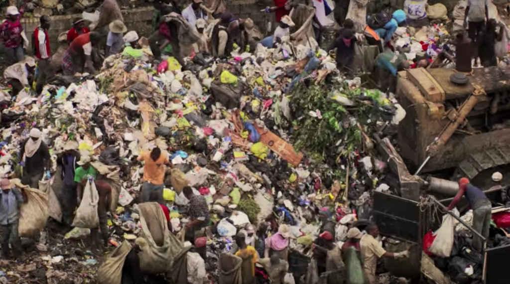 Des Haïtiens fouillent dans un dépotoir: une image du film Human, de Yann Arthus-Bertrand.