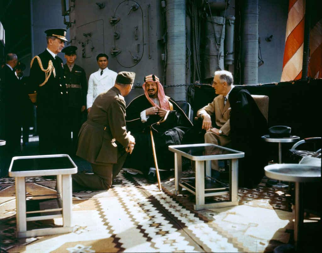 Roosevelt rencontre le roi Abdul-Aziz d'Arabie Saoudite à bord de l'USS Quincy le 14 février 1945.
