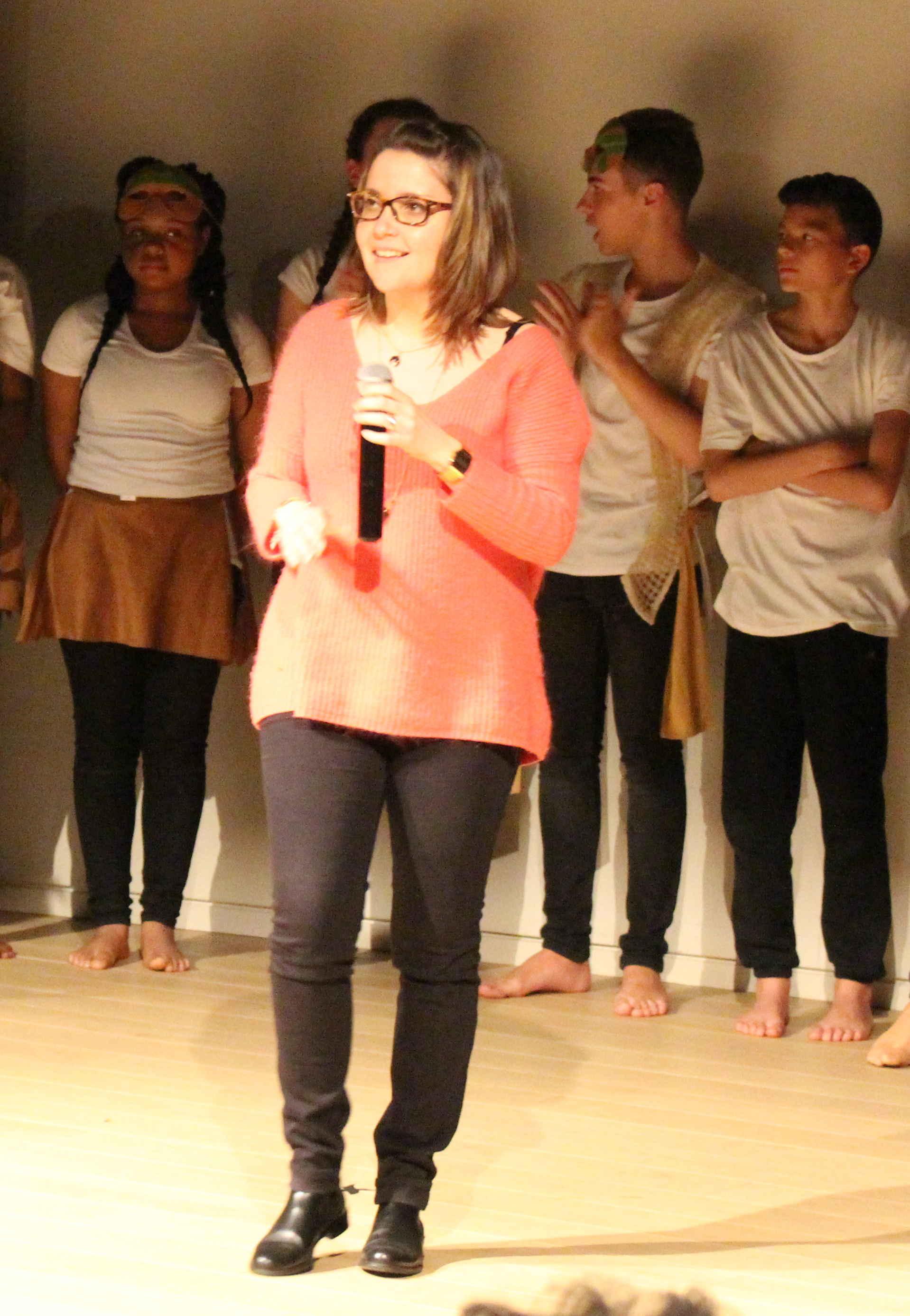 L'enseignante Caroline Baudou fière de ses élèves. (Photo: François Bergeron)