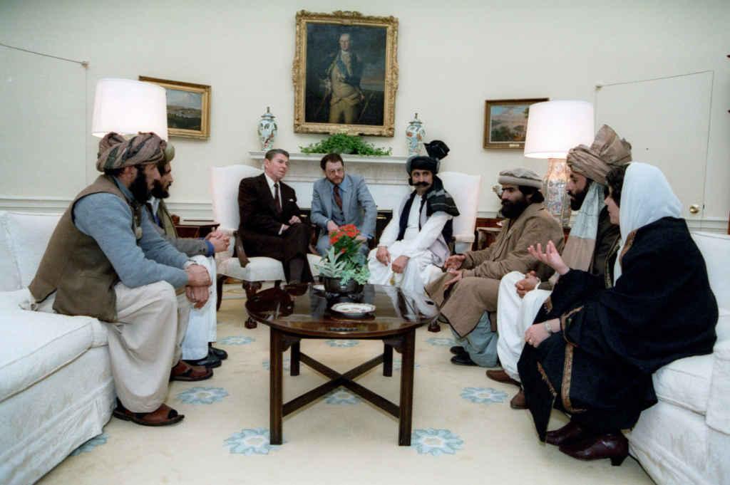 Rencontre de Ronald Reagan en 1983 avec des résistants afghans, devenus les talibans qu'on combat aujourd'hui.