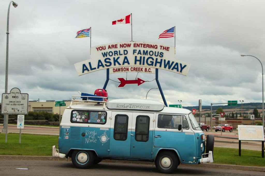 Leur camionnette, une Volkswagen Kombi, affectueusement nommée Dora, ici stationnée en bordure de l'autoroute de l'Alaska. (Photo: Sandra Dorélas)