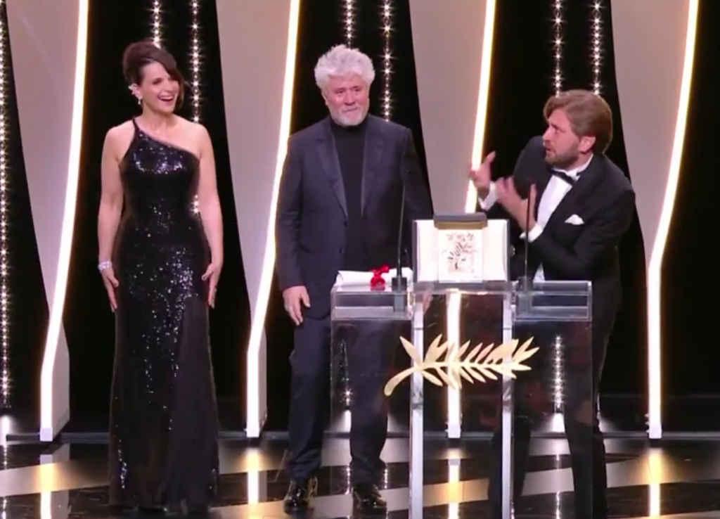 Le réalisateur Ruben Östlund invitant le parterre du gala de la Palme d'Or de hurler de joie à la suédoise. Au centre: le président du jury, Pedro Almodovar.