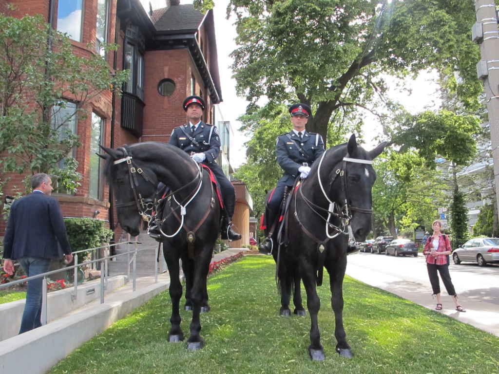 Garde d'honneur de la police de Toronto à l'entrée de l'AFT.