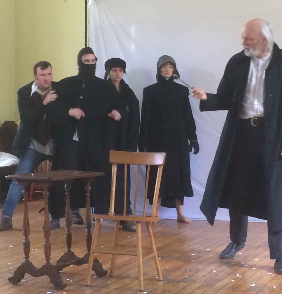 Répétition de la pièce Les Misérables de Victor Hugo, avec Dean Gilmour à droite) dans le rôle de Jean Valjean.
