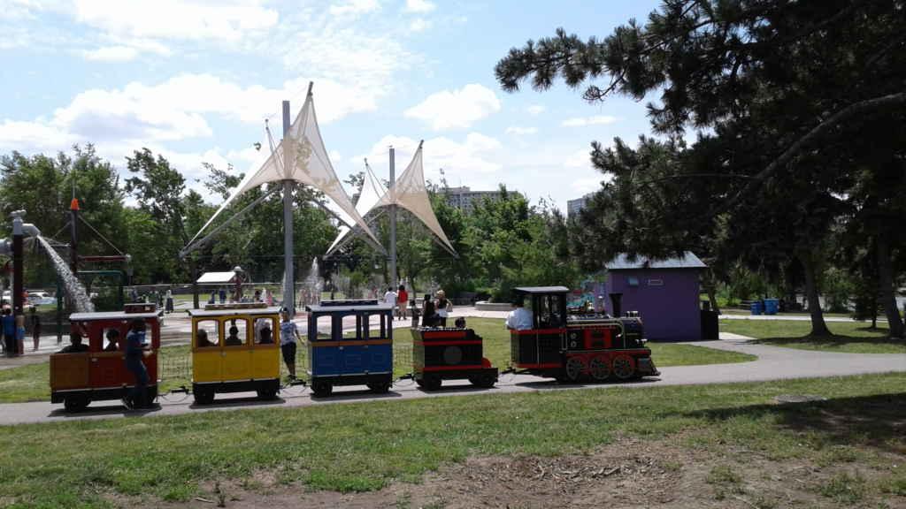 Vous trouverez parc Chinguacousy des jeux d'eau, des modules et un manège.