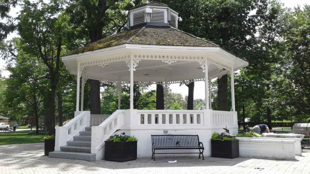 Sur cette galerie du parc Gage est présentée une série de spectacle Jazz durant l'été.