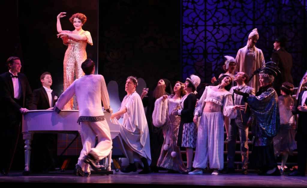 Une scène de Mame au Riverside Theatre (Floride). Stéphanie Visconti en robe noire et chapeau à plumes blanches.