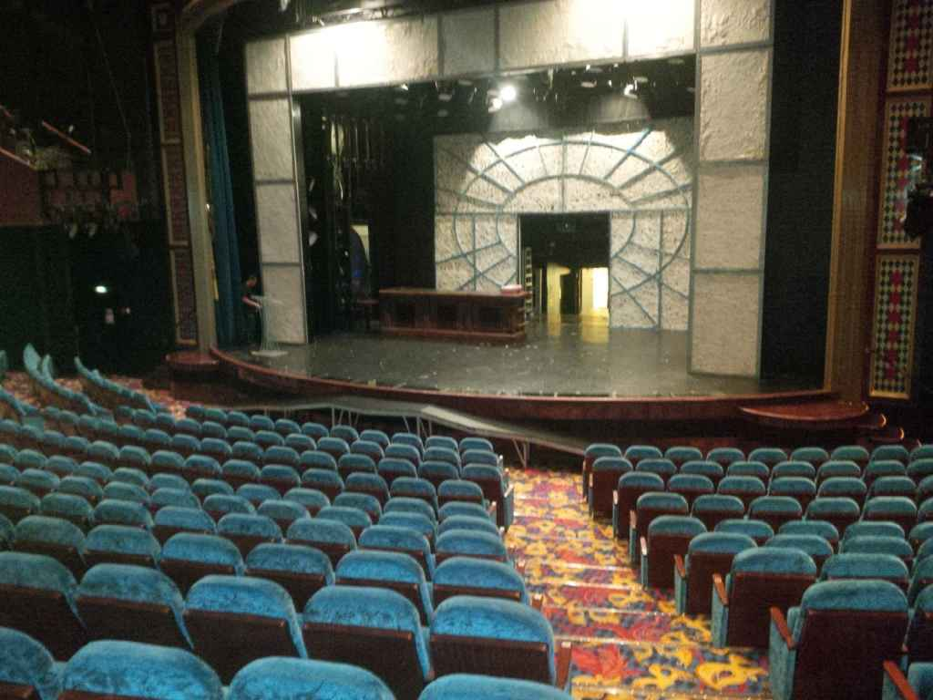 Une grande salle de spectacles.