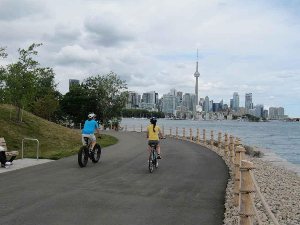 Vélos et bancs au bord de l'eau.