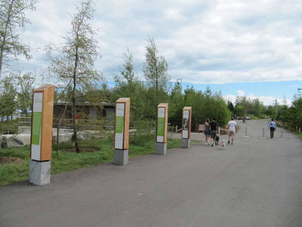 L'entrée du parc, à l'extrémité est du stationnement de la Place de l'Ontario.