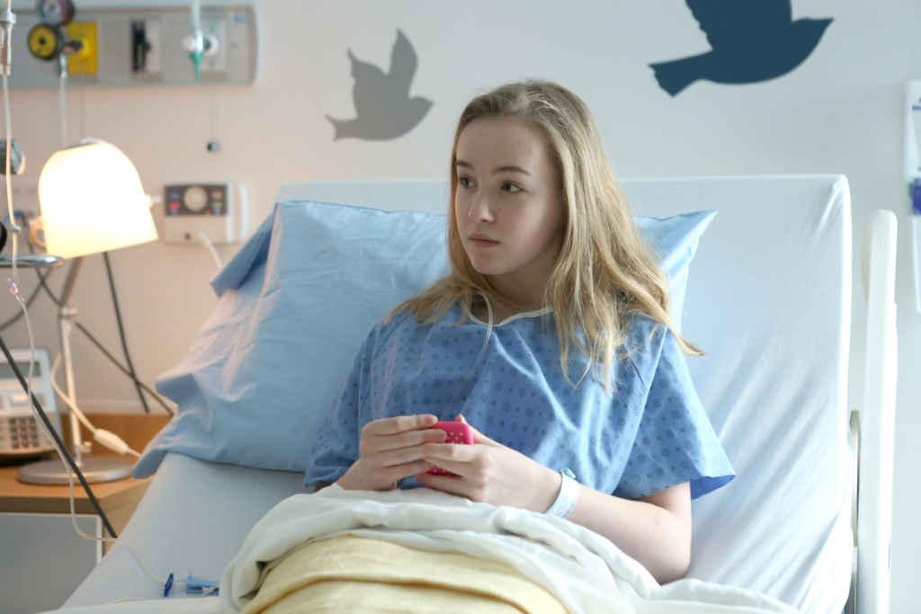 Jenny (Émilie Bierre) sur son lit d'hôpital. (Photo: Sébastien Raymond)