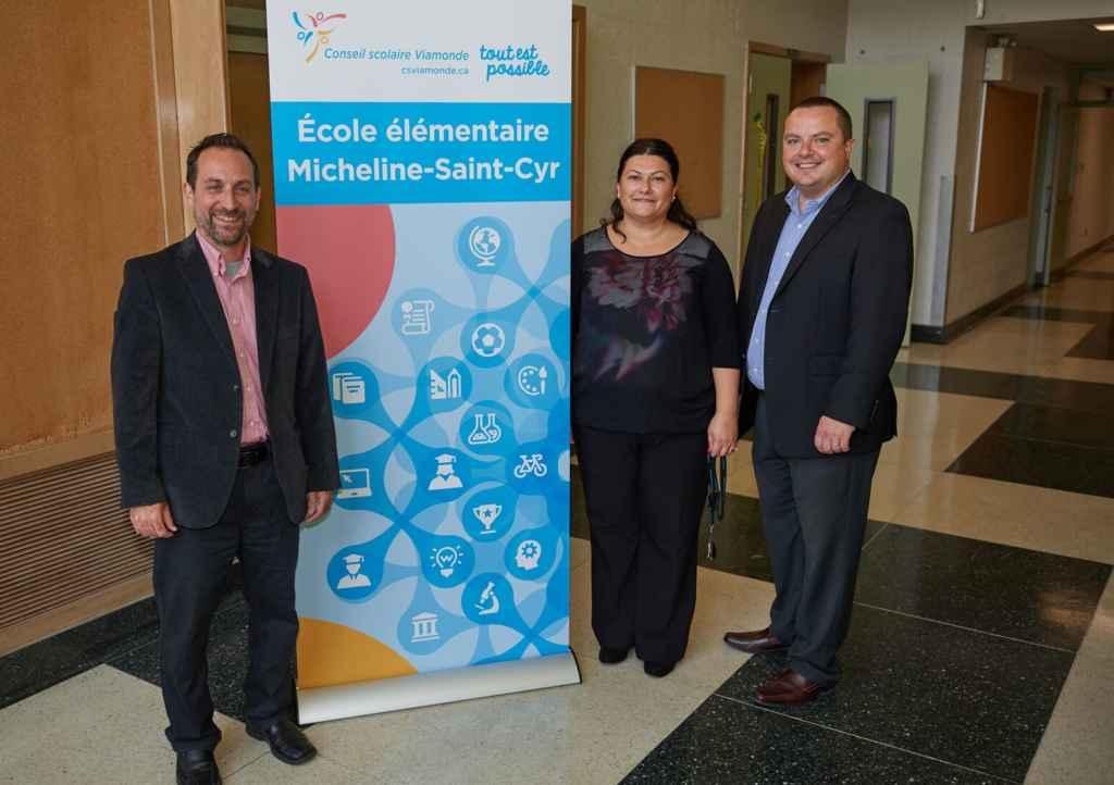 La directrice de l'école Micheline-St-Cyr, Mirela Lonian, avec le président de Viamonde, Jean-François L'Heureux, et le directeur de l'éducation, Martin Bertrand.