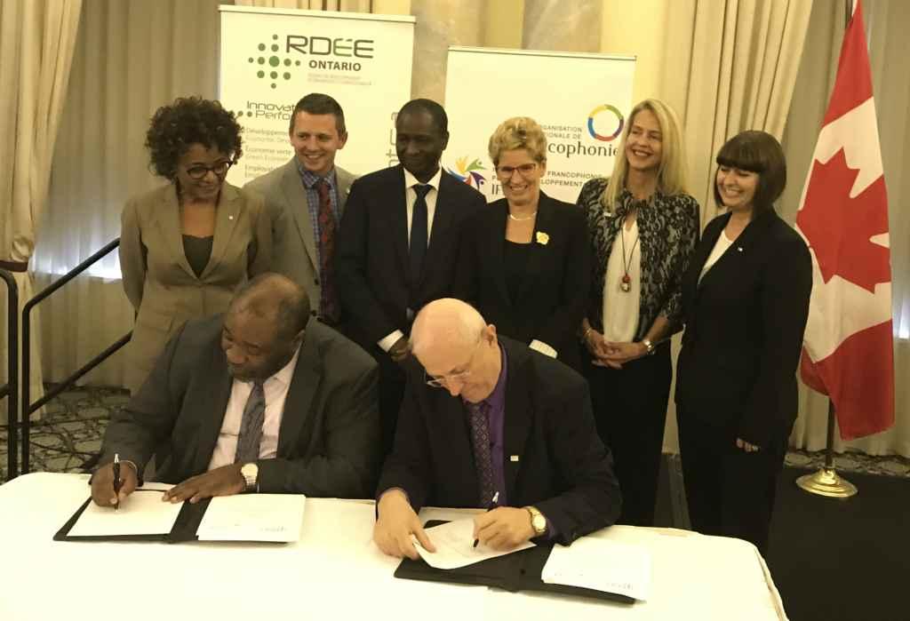 Signature du partenariat en l'IFDD et le RDEE Ontario à Ottawa en juin dernier, en présence de: la Secrétaire générale de l'OIF Michaelle Jean; la Première ministre de l'Ontario, Kathleen Wynne; et la ministre des Affaires francophones Marie-France Lalonde. Assis: Jean-Pierre Ndoutoum, directeur de l'IFDD, et Denis Laframboise, vice-président du RDÉE Ontario.