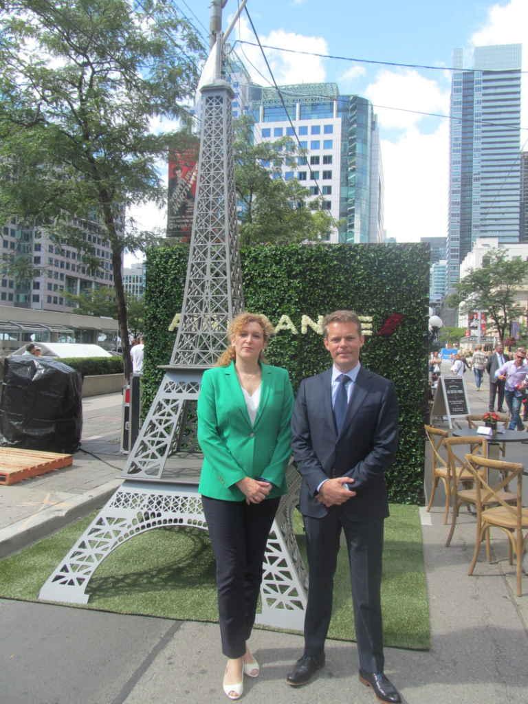 Mélanie Paul-Hus directrice d'Atout-France, et Au bistro parisien, rue King, pour le TIFF: Roland Coppens, directeur commercial d'Air-France-KLM Canada.