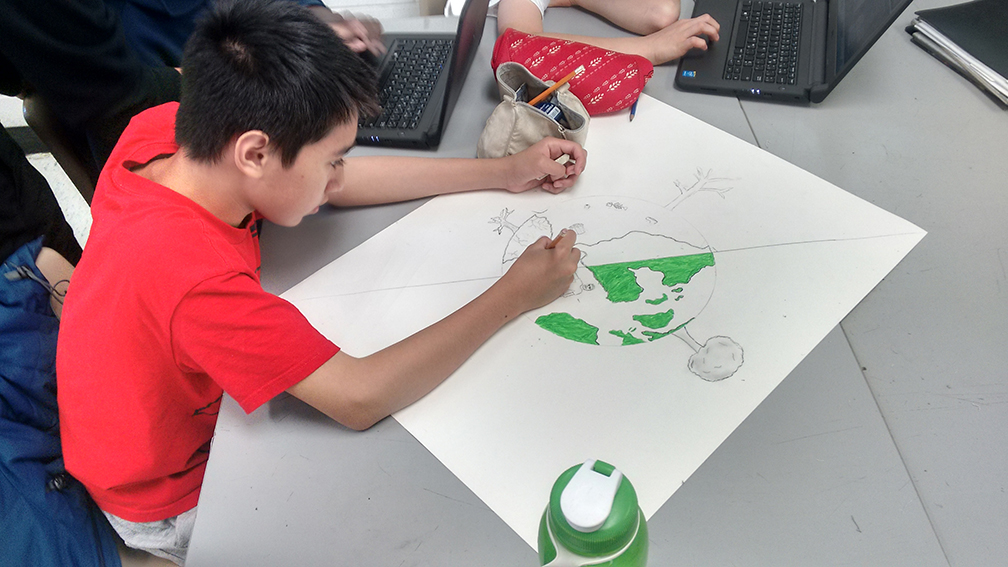 Un élève participe au projet pilote du Défi des eaux canadiennes.