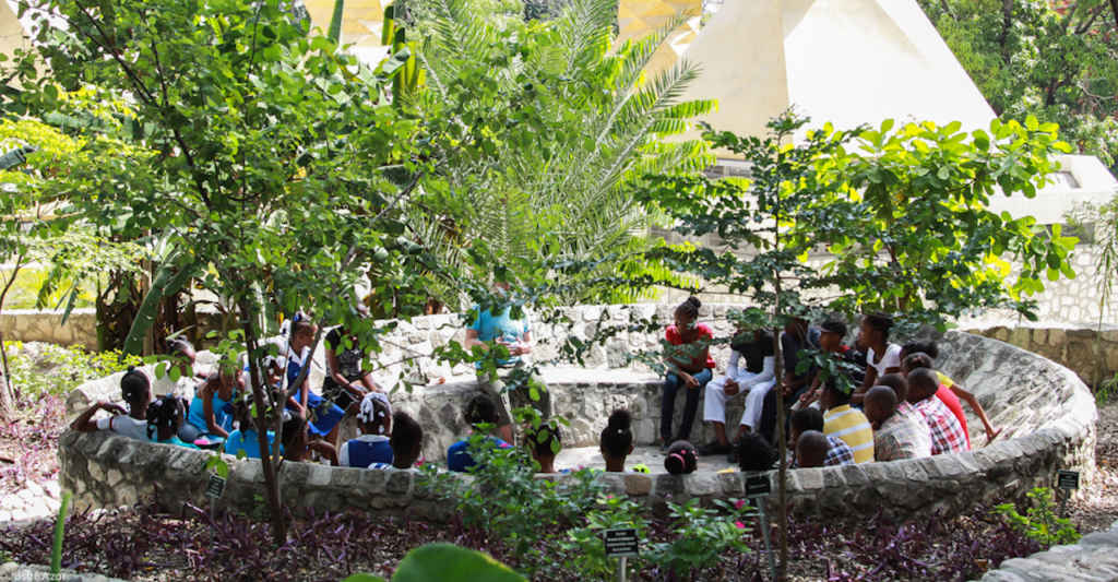 Groupe scolaire au parc de Martissant (Photo: Josué Azor)