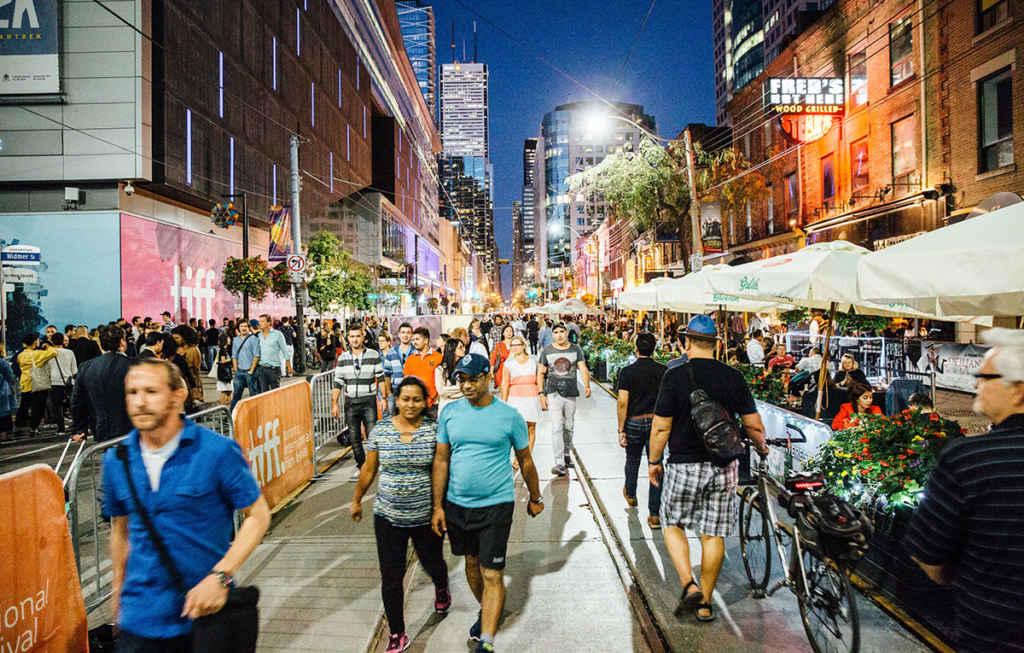 Le TIFF déborde sur la rue King ouest.