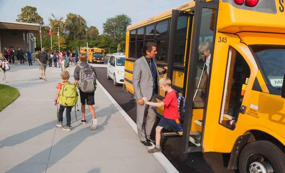 Le directeur de l'éducation André Blais accueille les élèves à l'école Monseigneur-Jamot à Peterborough.