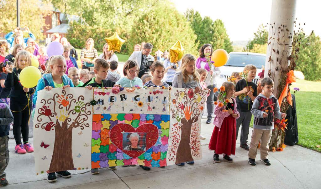 Visite surprise d'élèves de l'école Sainte-Croix le 10 octobre au complexe Rendezvous pour personnes retraitées.