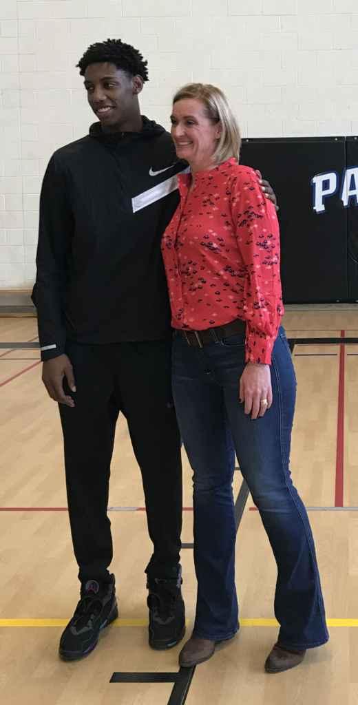 RJ Barrett et la directrice de son ancienne école secondaire, Josée Landriault.