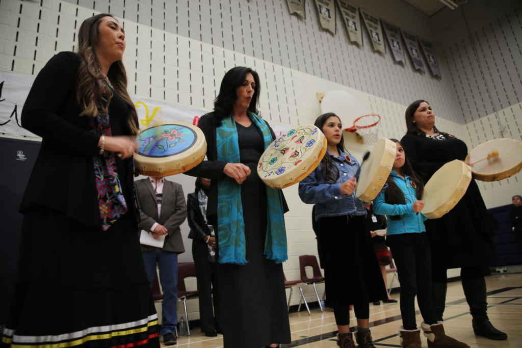 Chanteurs et Musiciens accueillent les invités à la Semaine de Reconnaissance des Traités en musique