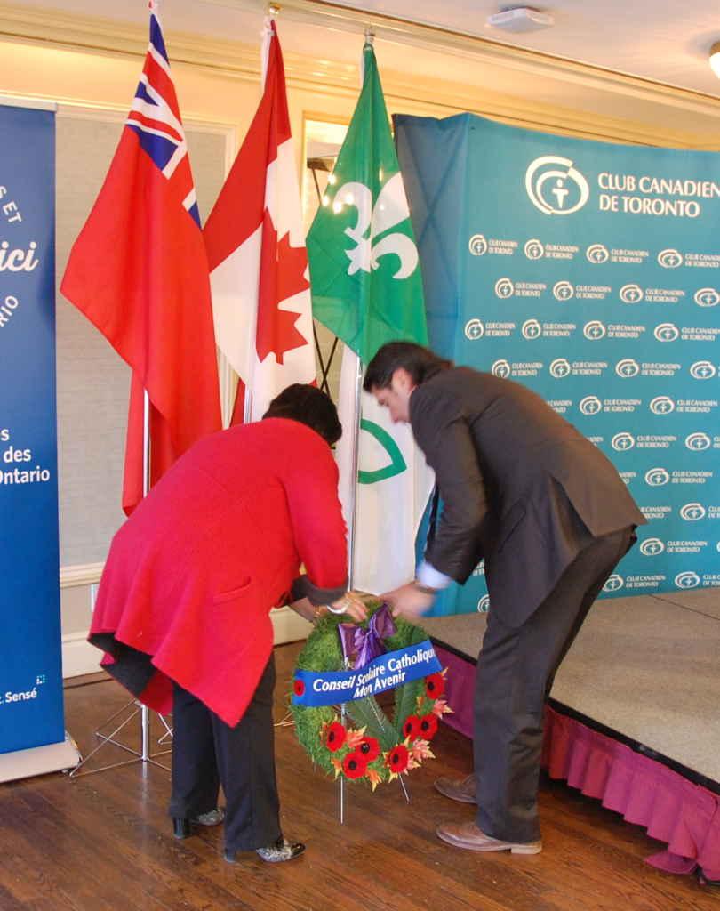 La présidente Melinda Chartrand et le directeur de l'éducation André Blais ont déposé une couronne du Souvenir, au nom du conseil scolaire catholique MonAvenir, au Club canadien de Toronto ce jeudi 9 novembre.