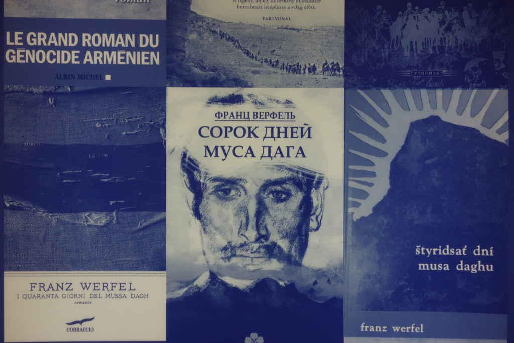 Affiche présentant plusieurs premières de couverture du roman Les 40 jours de Musa Dagh de Franz Werfel.