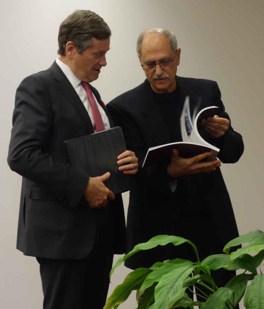 Greg Chitilian, président du Comité canadien du centenaire du génocide des Arméniens, section Ontario, remet au maire un livre qui résume toutes les activités et tous les événements organisés dans le cadre du centenaire du génocide en 2015.