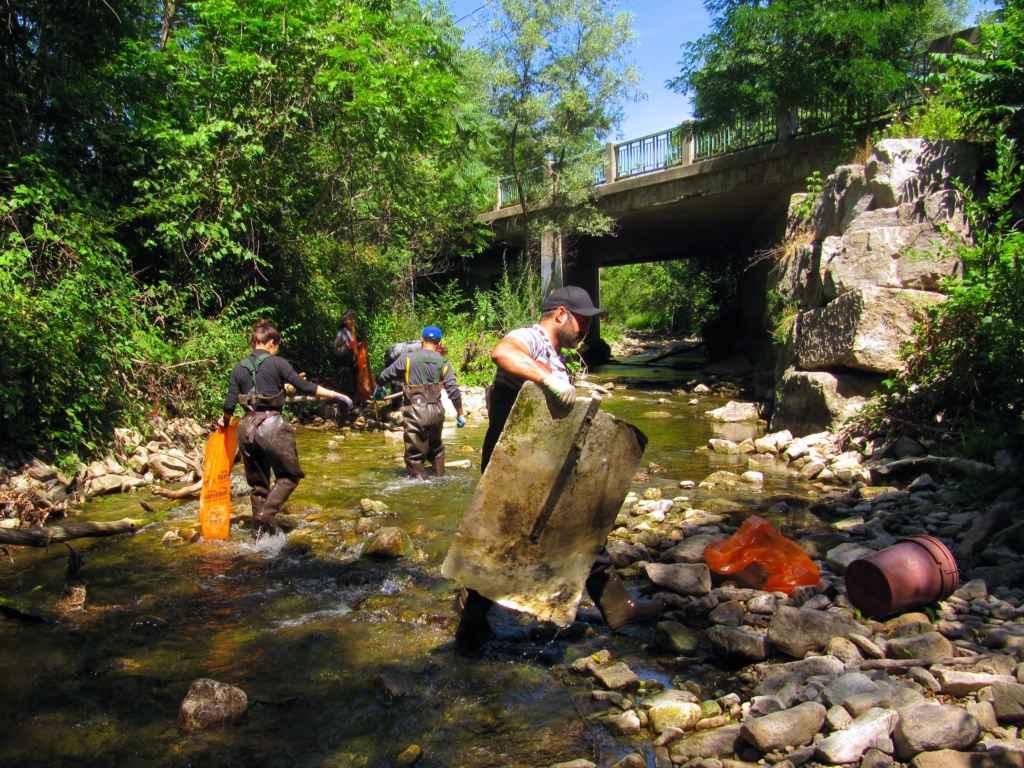 Retirer des débris de nos rivières: un travail jamais terminé. (Photo: Patty Van Horne)
