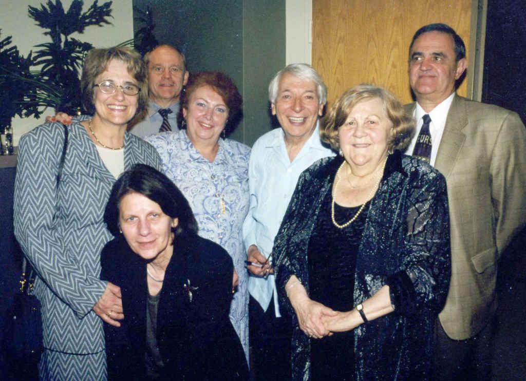 La fondatrice Christine Dumitriu Van Saanen (à d.) avec des membres de l'équipe du Salon du livre de Toronto au tournant des années 2000: Lelia Young, Suzette Dulac, Paul Ceurstemont, Nadia Moalic Gahagnon, Pierre Léon et Alain Baudot.