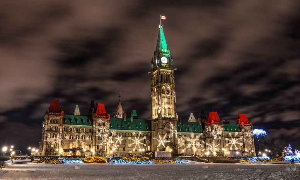 Le Parlement illuminé pour les Fêtes. (Photo: Neil Robertson)