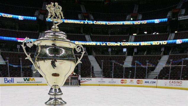 Le Trophée Allen-J.-MacDonald, qui est décerné à l'équipe championne dans chacune des divisions de la la Coupe Capitale Bell d'Ottawa. (Photo: Francois Laplante, Coupe Capitale Bell)