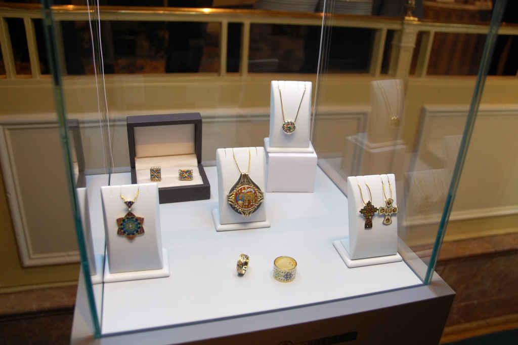Des bijoux de la maison Lobortas étaient en vente au Club canadien.