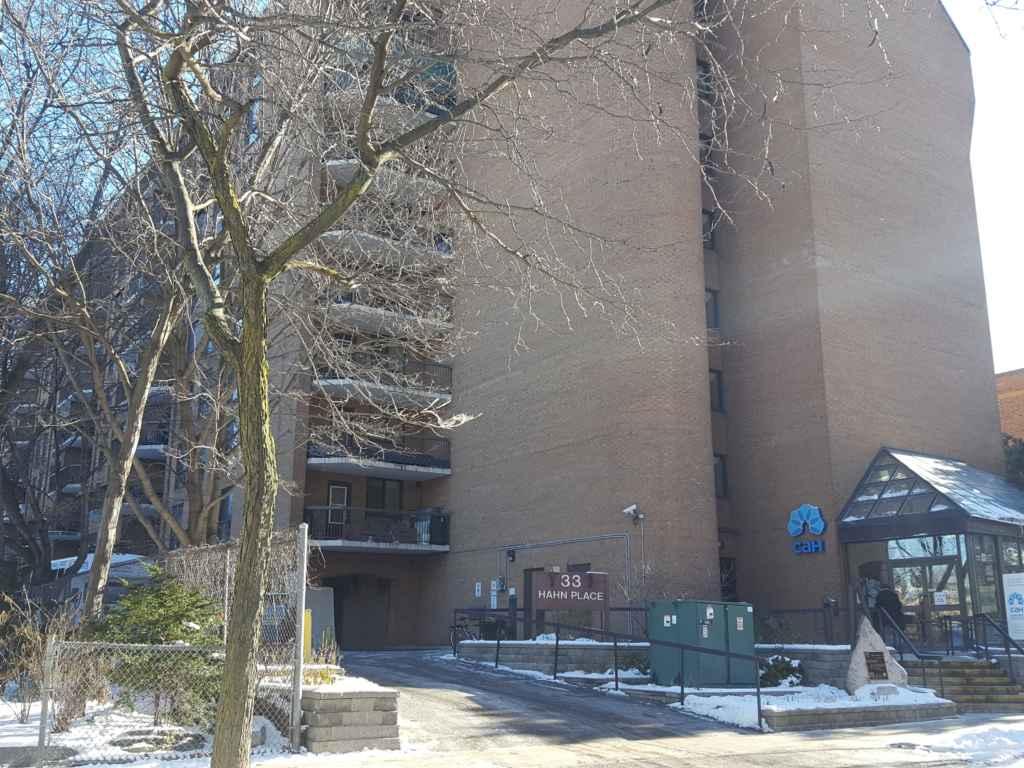 L'édifice à logements pour aînés francophones Place St-Laurent, des Centres d'Accueil Héritage.
