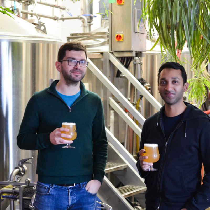 Stéphane Dubois et Shehzad Hamza devant les cuves de fermentation de Bandit.