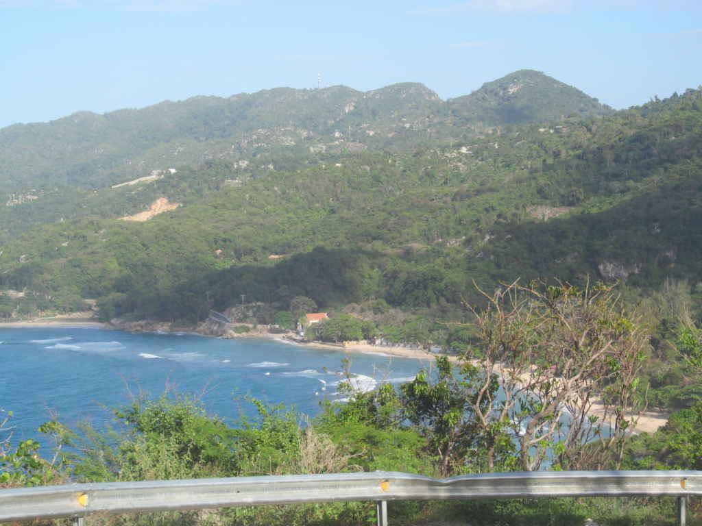 montagnes et baie haïtiennes