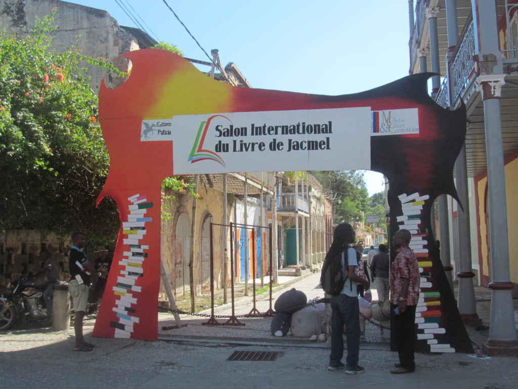 Installation du 1er Salon international du Livre de Jacmel, rue du Commerce