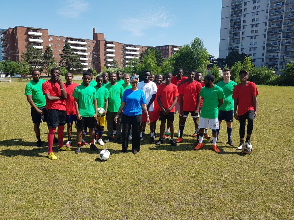 Photo de Nimo Caleb avec les joueurs du tournoi CFT