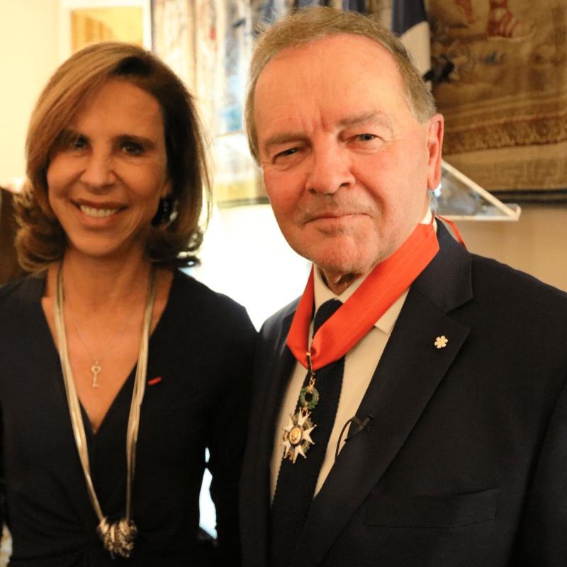 Le 3 décembre dernier, l'ambassadrice de France au Canada, madame Kareen Rispal remettait au sénateur Serge Joyal les insignes de Commandeur de la Légion d'honneur de la République française