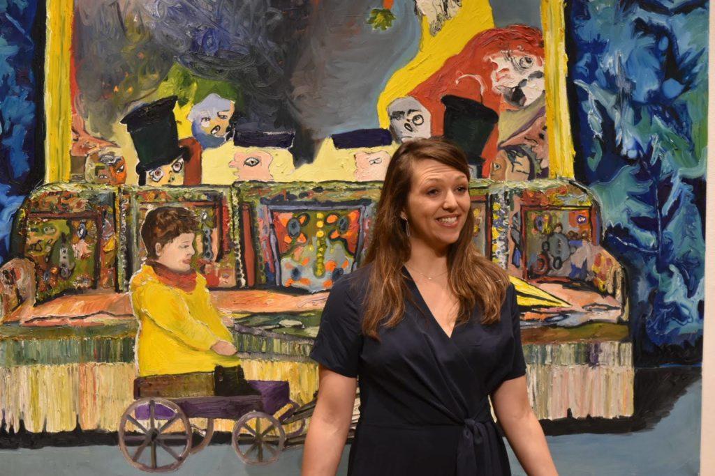 """Laurianne Simon devant son tableau""""Le paradoxe de la poupée et de la poule ou Qu'est-ce-que les nuages?2019"""
