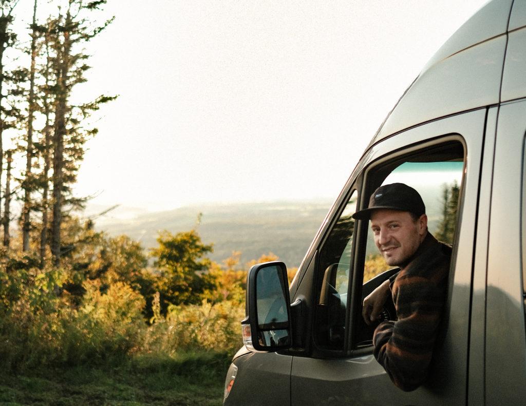 Julien Roussin-Côté dans sa van